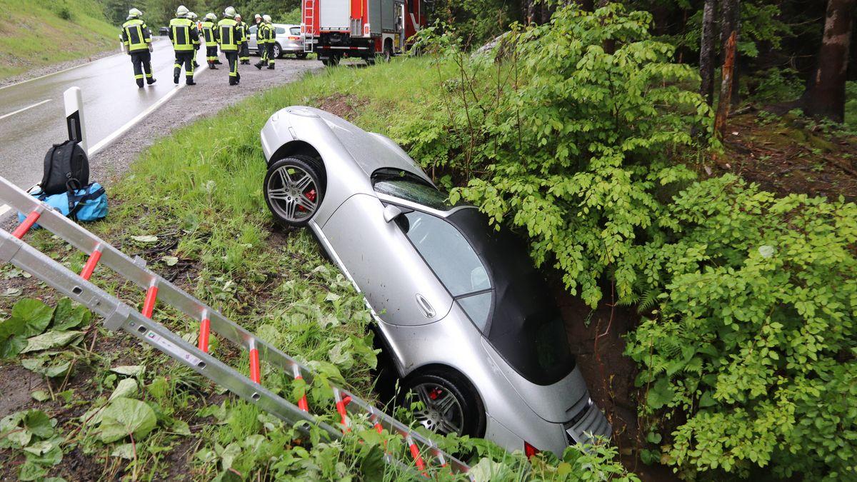 Auf regennasser Straße rutschte der Porsche in einen Bachlauf.