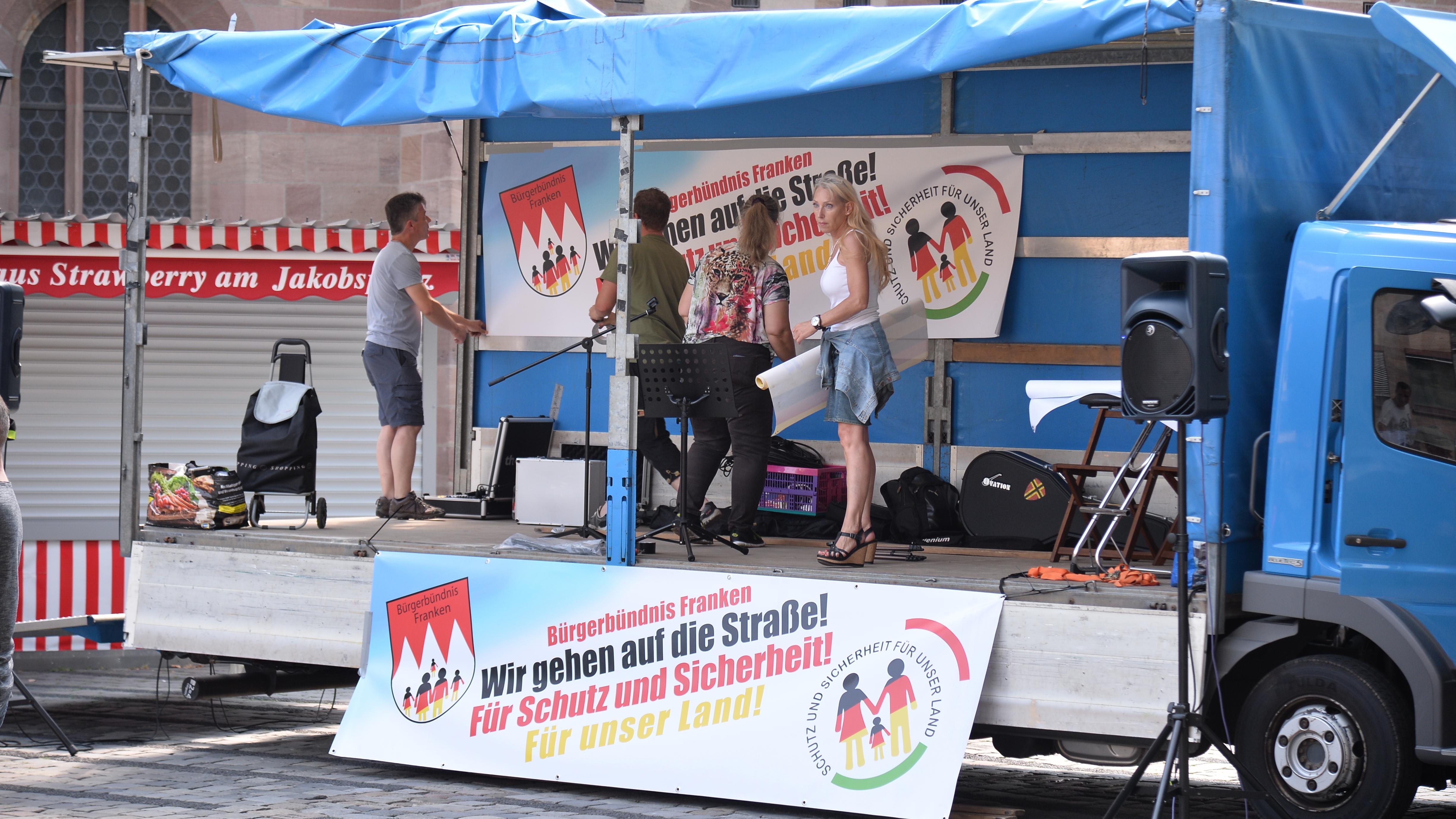 Die AfD-Bezirkstagskandidatin Corinna Schenz auf einem Lkw in Nürnberg