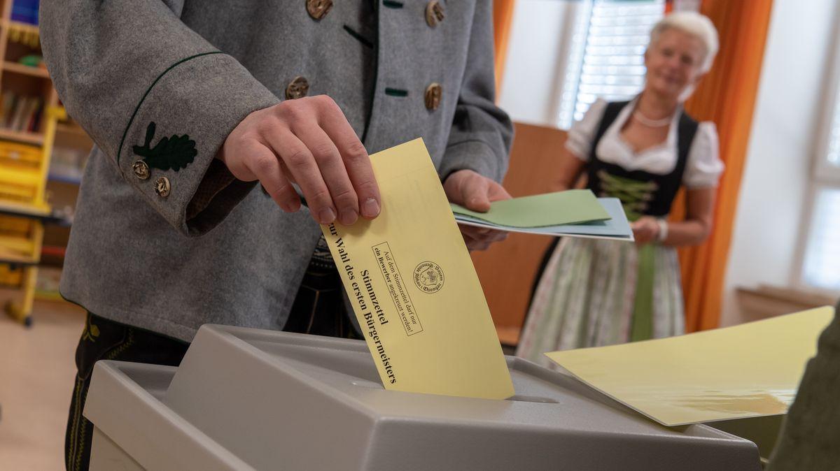 Männer und Frauen in regionaler Tracht bei der Kommunalwahl