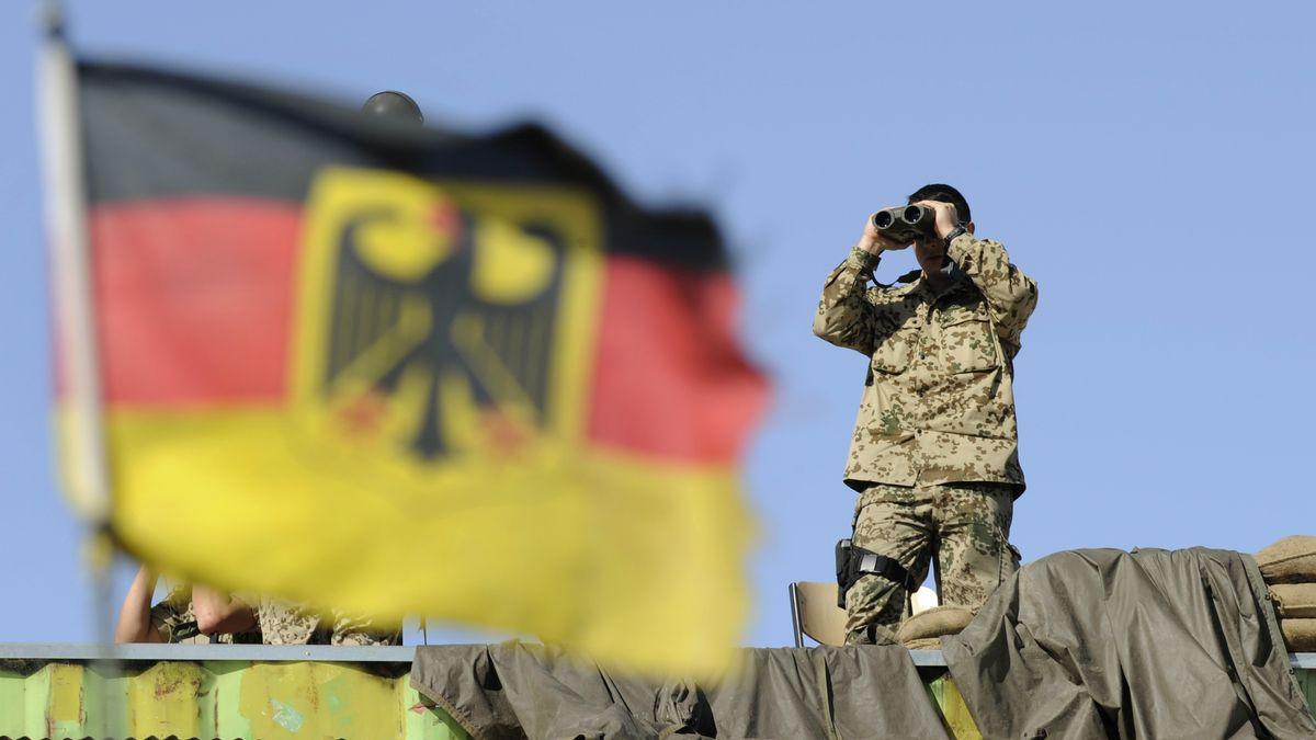 Soldat mit Fernglas in Faisabad