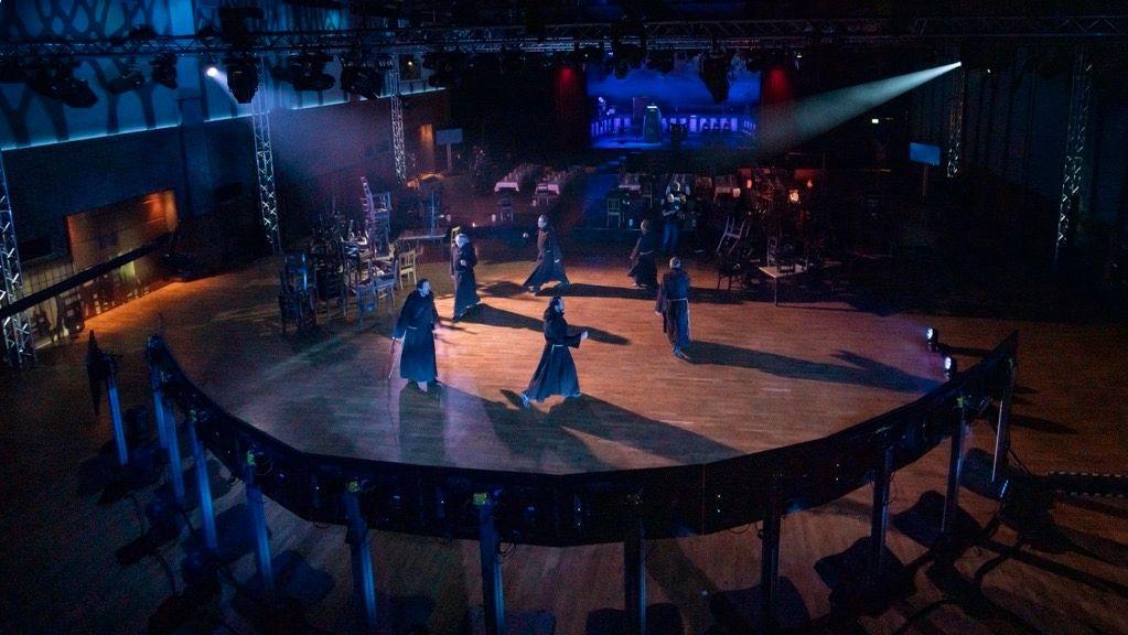 Als Mönche verkleidete Männer singen und tanzenzu Beginn des Derbleckens im leeren Festsaal auf dem Nockherberg.