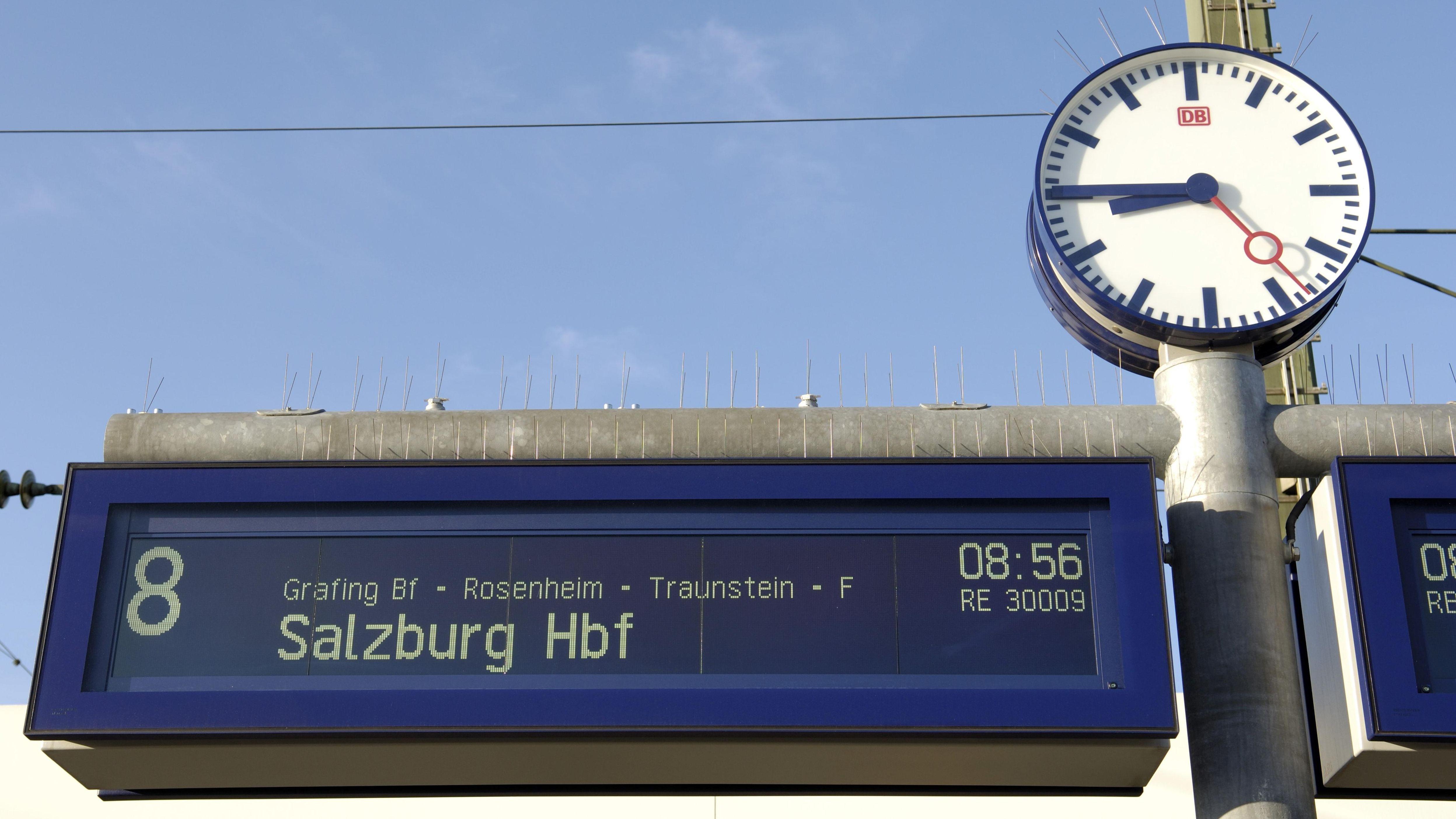 Eine Uhr an einem Gleis am Münchner Hauptbahnhof