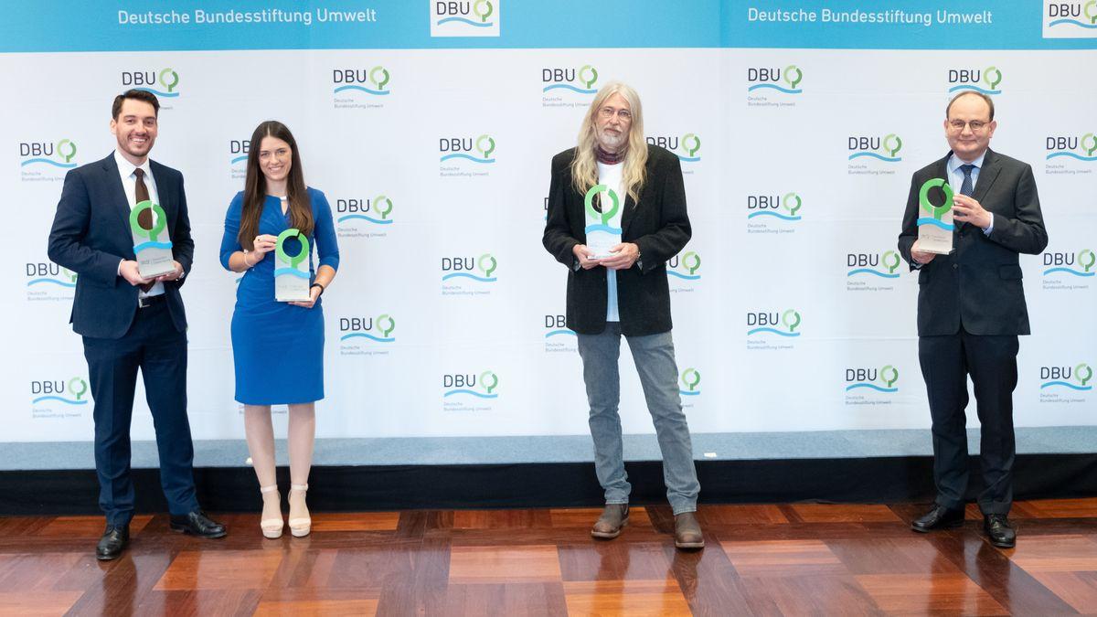 Gruppenbild der Preisträgerin und der Preisträger des Deutschen Umweltpreises