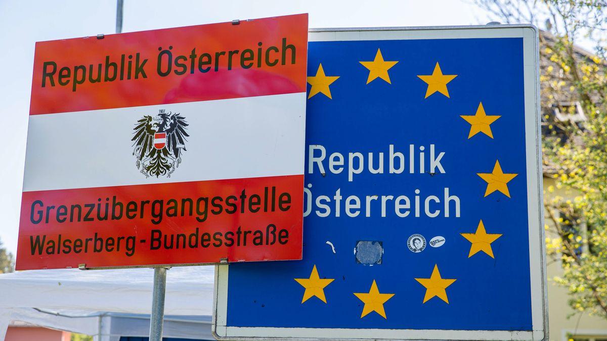 Schilder am Grenzübergang nach Österreich