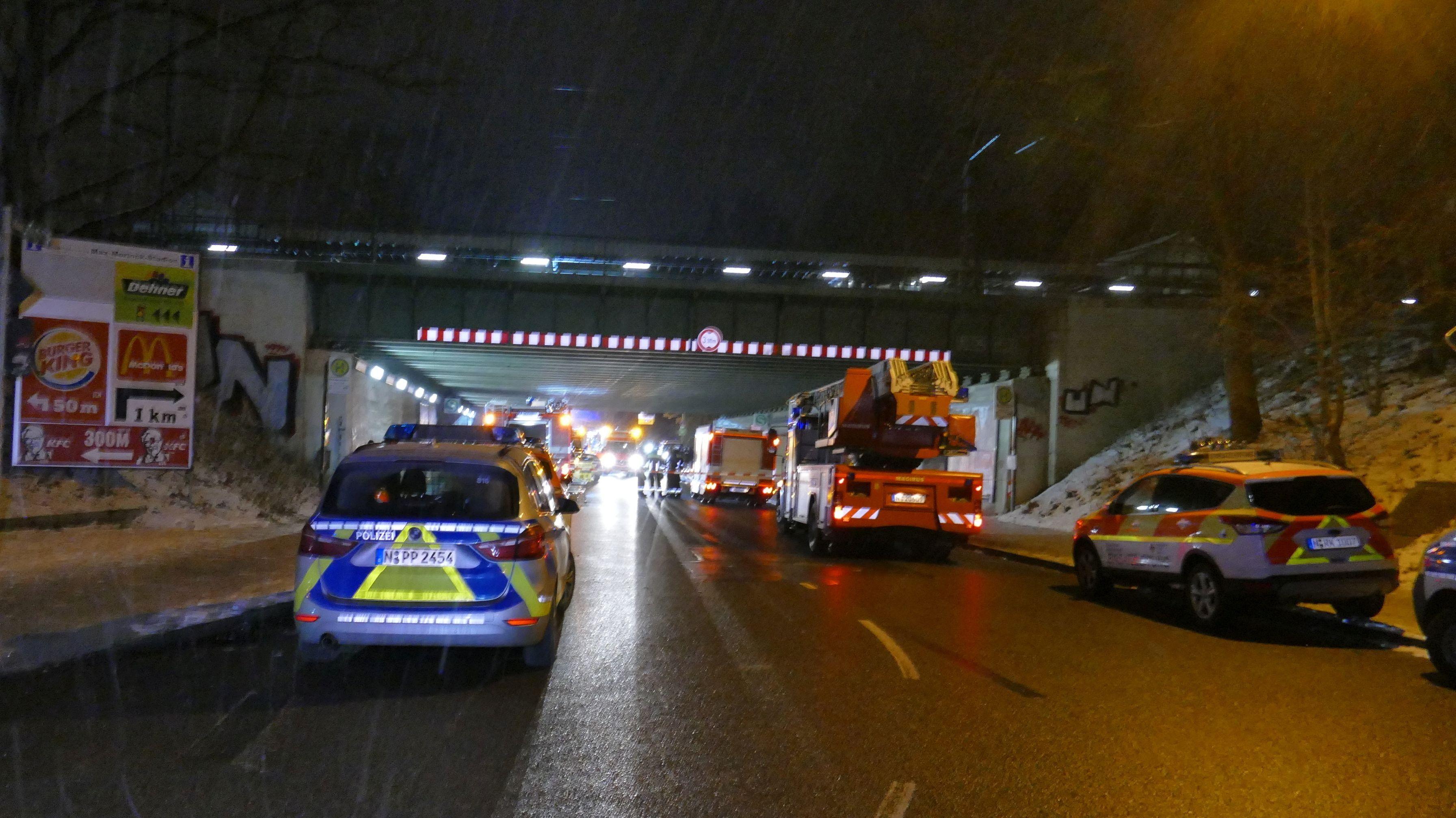 Rettungskräfte beim Einsatz an der S-Bahn-Haltestelle Frankenstadion in Nürnberg