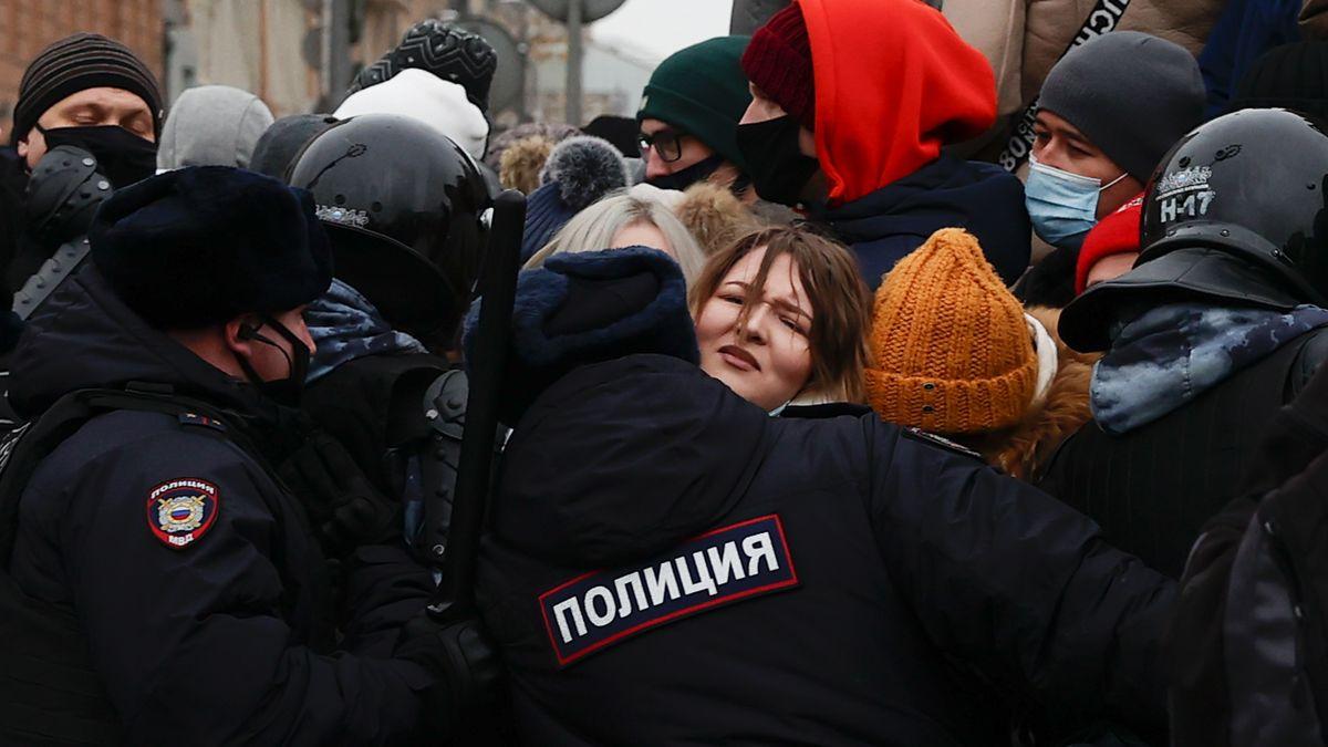 Polizisten blockieren eine Straße bei Protesten gegen die Verhaftung von Alexej Nawalny