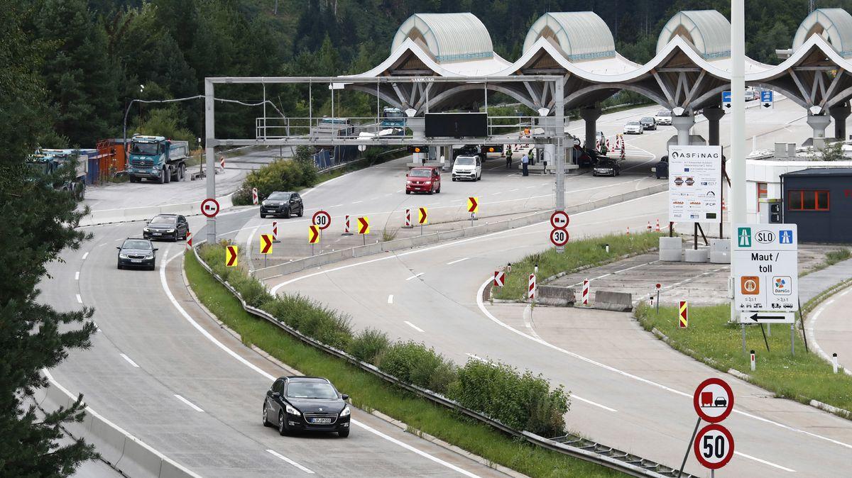 Polizeibeamte kontrollieren an der Grenze zwischen Slowenien und Österreich beim Karawankentunnel Fahrzeuge und Personen.