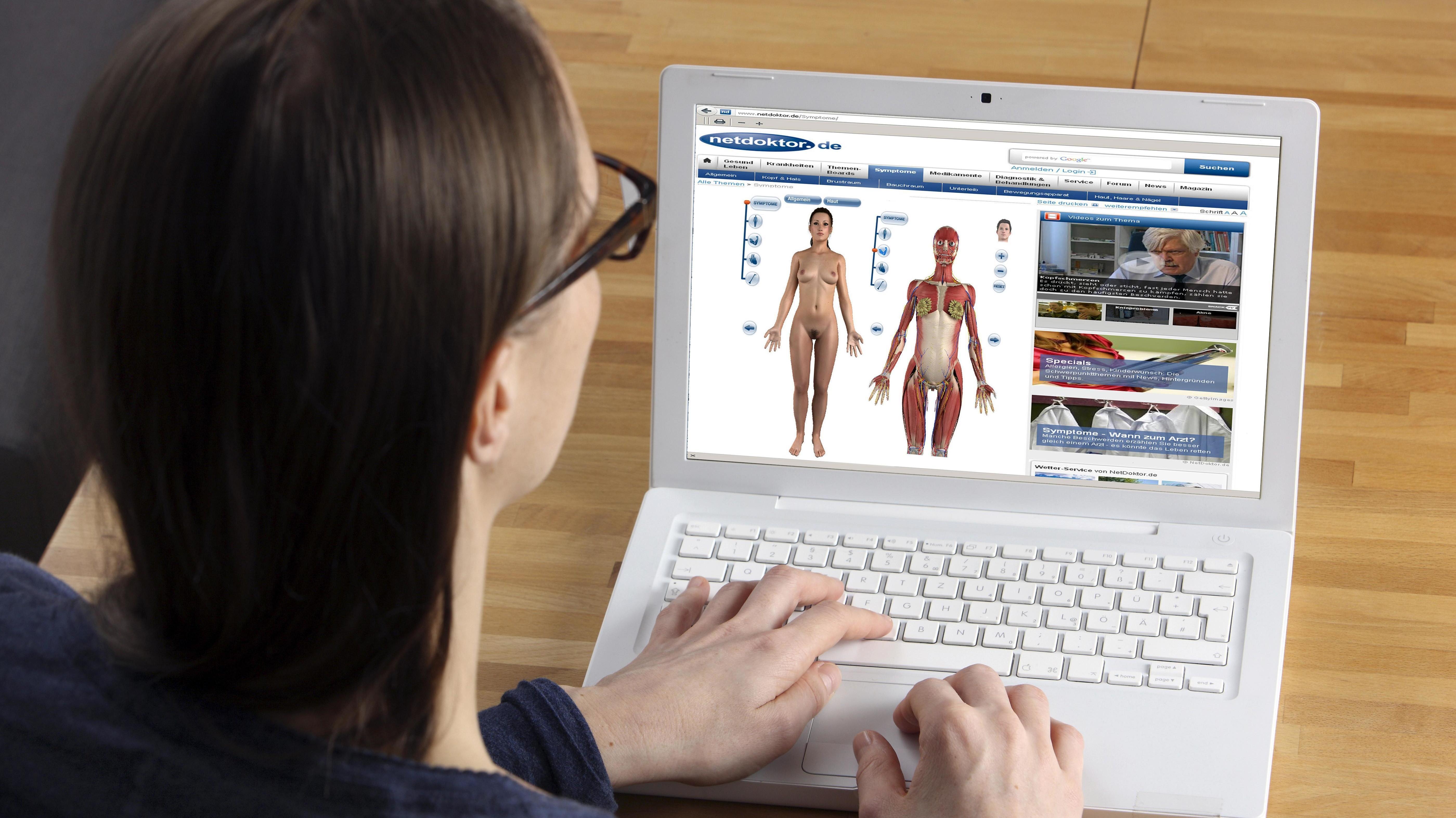 Frau am Laptop surft auf Medizinseite
