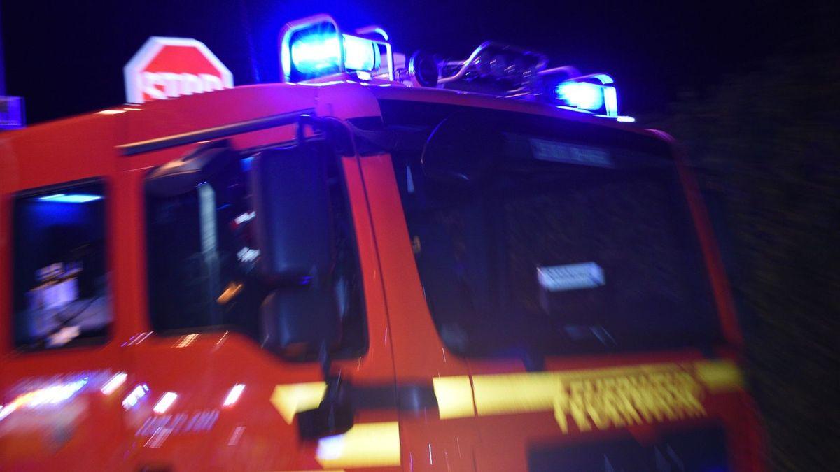 In Deggendorf mussten Feuerwehren Müll löschen (Symbolbild)