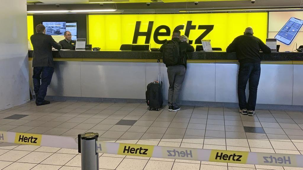 Kunden stehen am Schalter in einer Station des Autovermieters Hertz in Las Vegas.