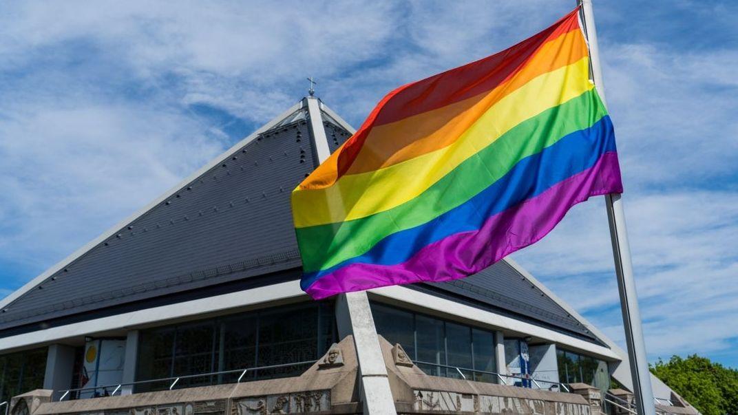 In München und Würzburg haben katholische Priester am Wochenende homosexuelle Paare gesegnet.