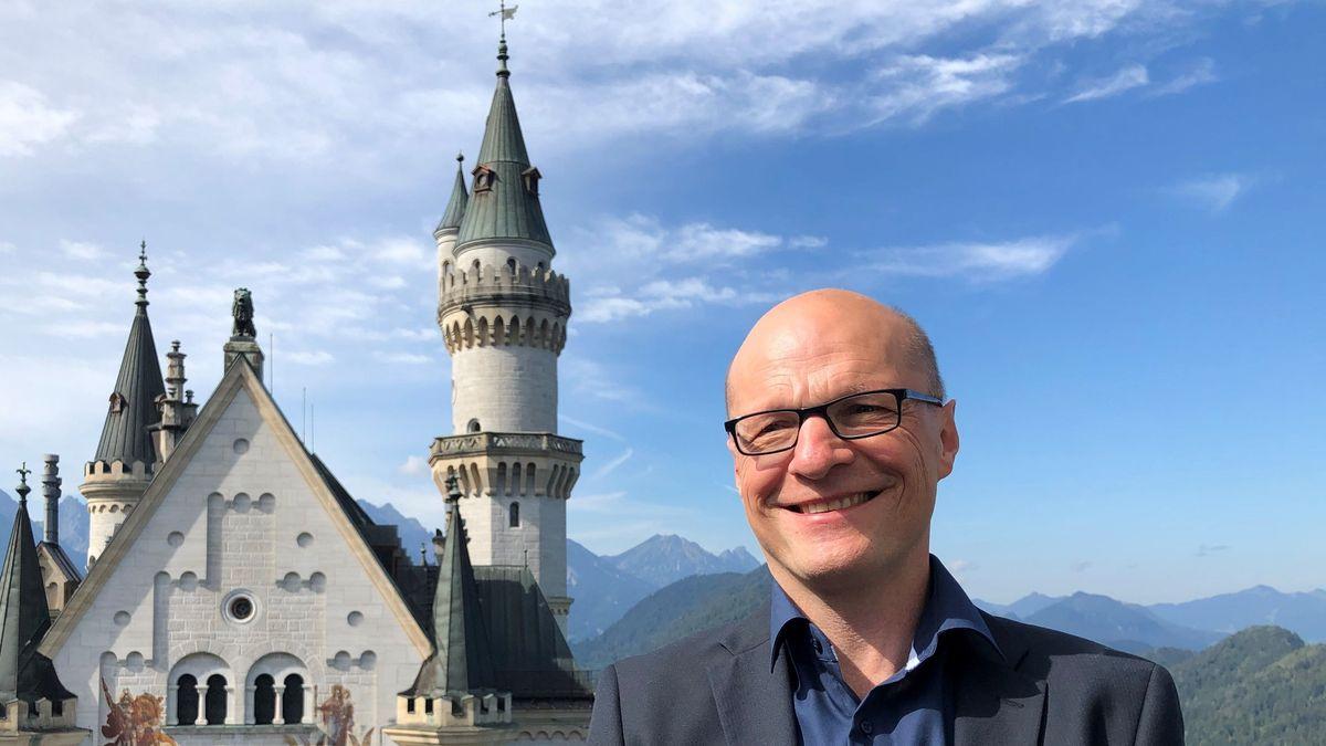 Der neue Schlossverwalter von Schloss Neuschwanstein vor dem Schloss