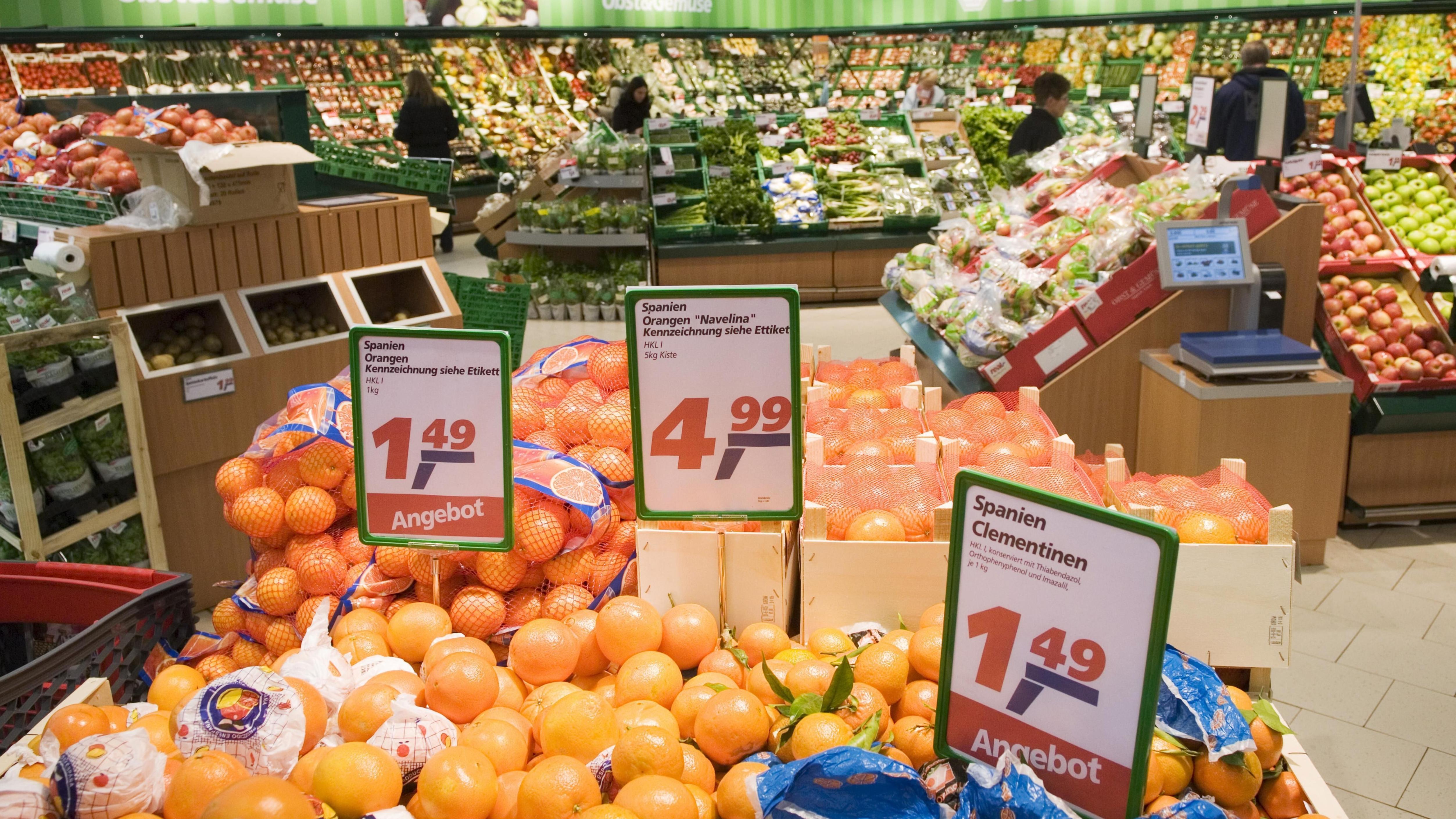 Preisschilder in einer Obst- und Gemüseabteilung