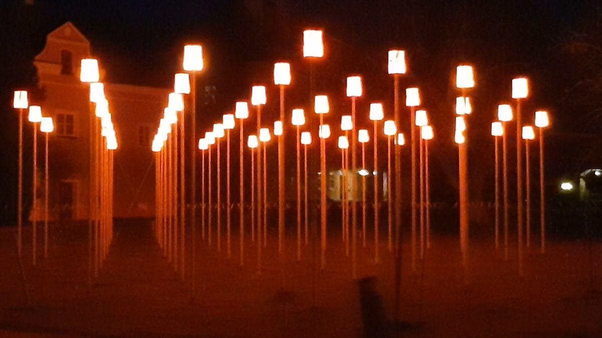 144 Stelen mit Lampenschirmen aus benutzten Schwimmwesten stehe vor dem Schloss Blumenthal