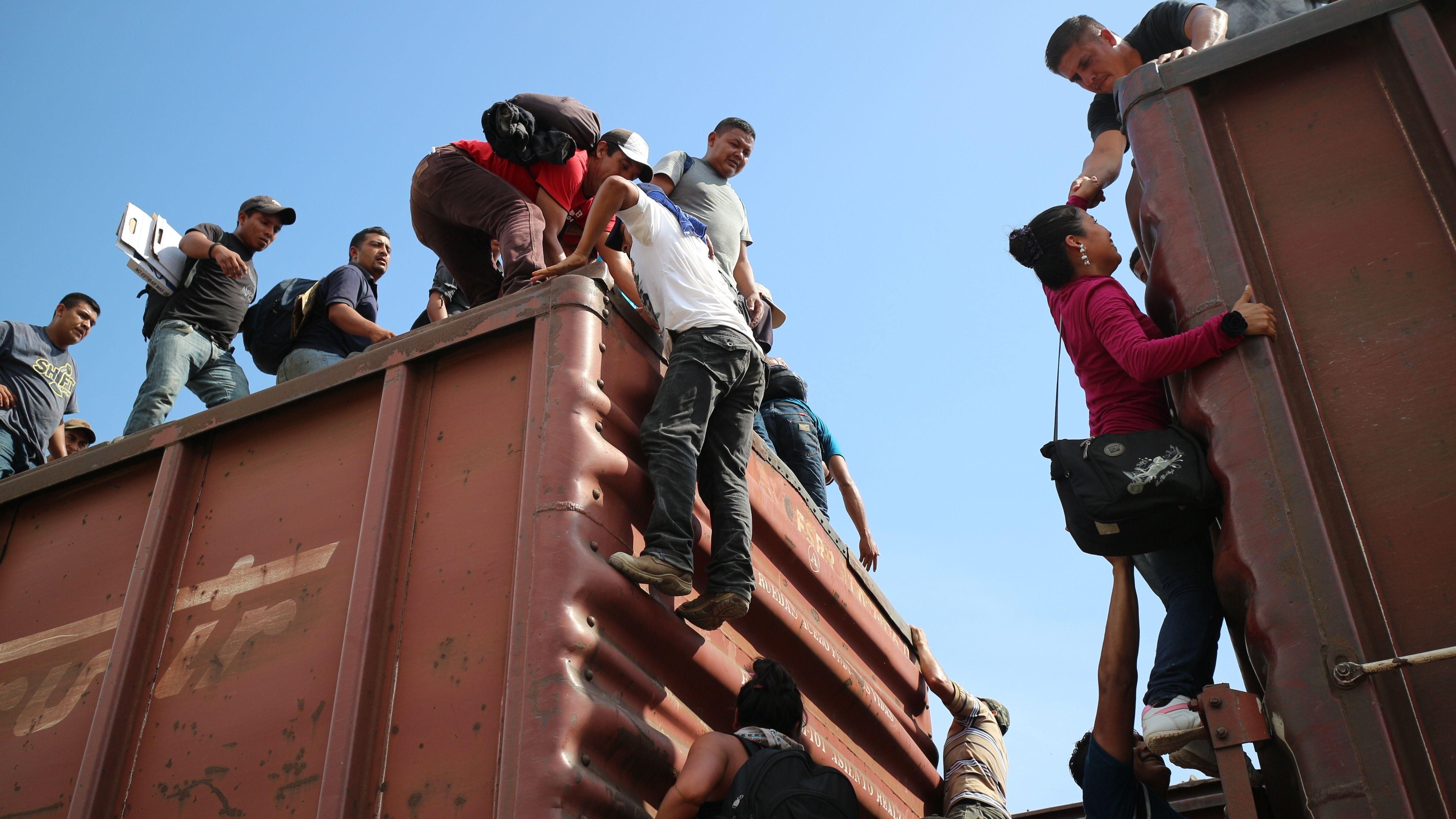 Migranten klettern auf einen Güterzug Richtung USA (Mexiko 2014)