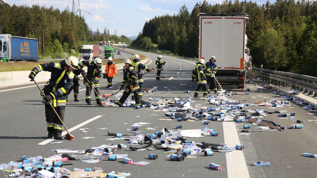 Einsatzkräfte der Feuerwehr reinigen die Autobahn A9 nach einem Unfall bei Münchberg.