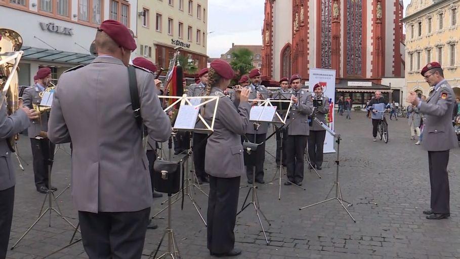 Musikkorps der Bundeswehr auf dem Oberen Markt in Würzburg