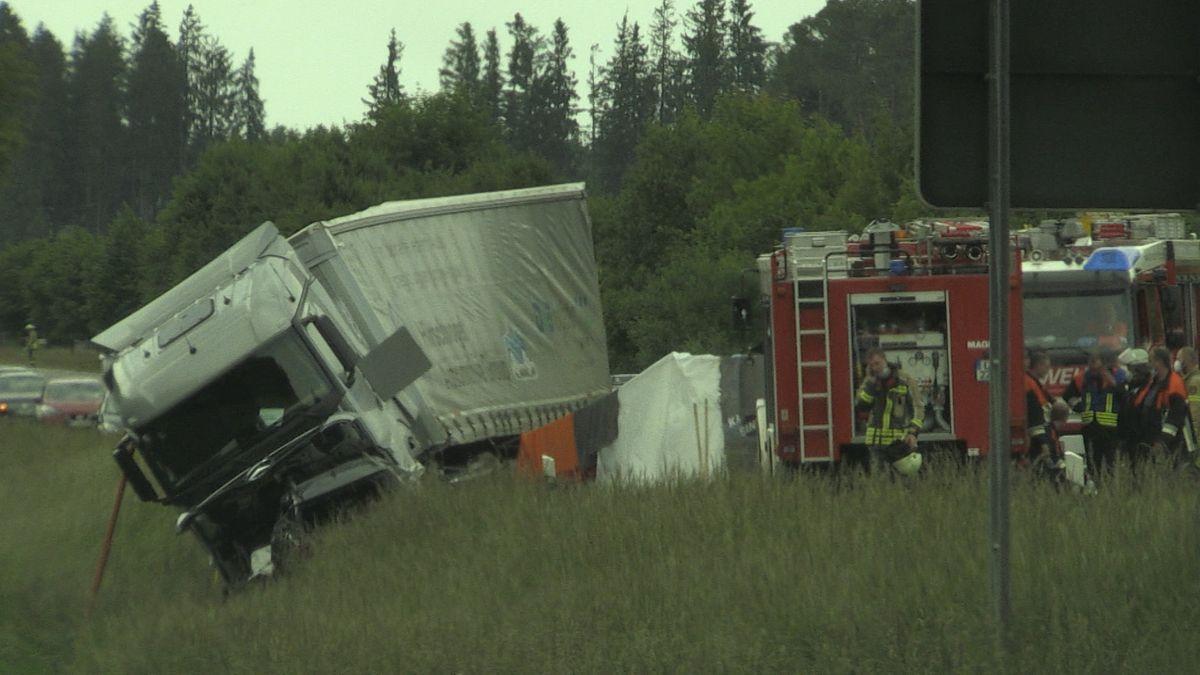 Der Lkw-Fahrer wurde leicht verletzt.