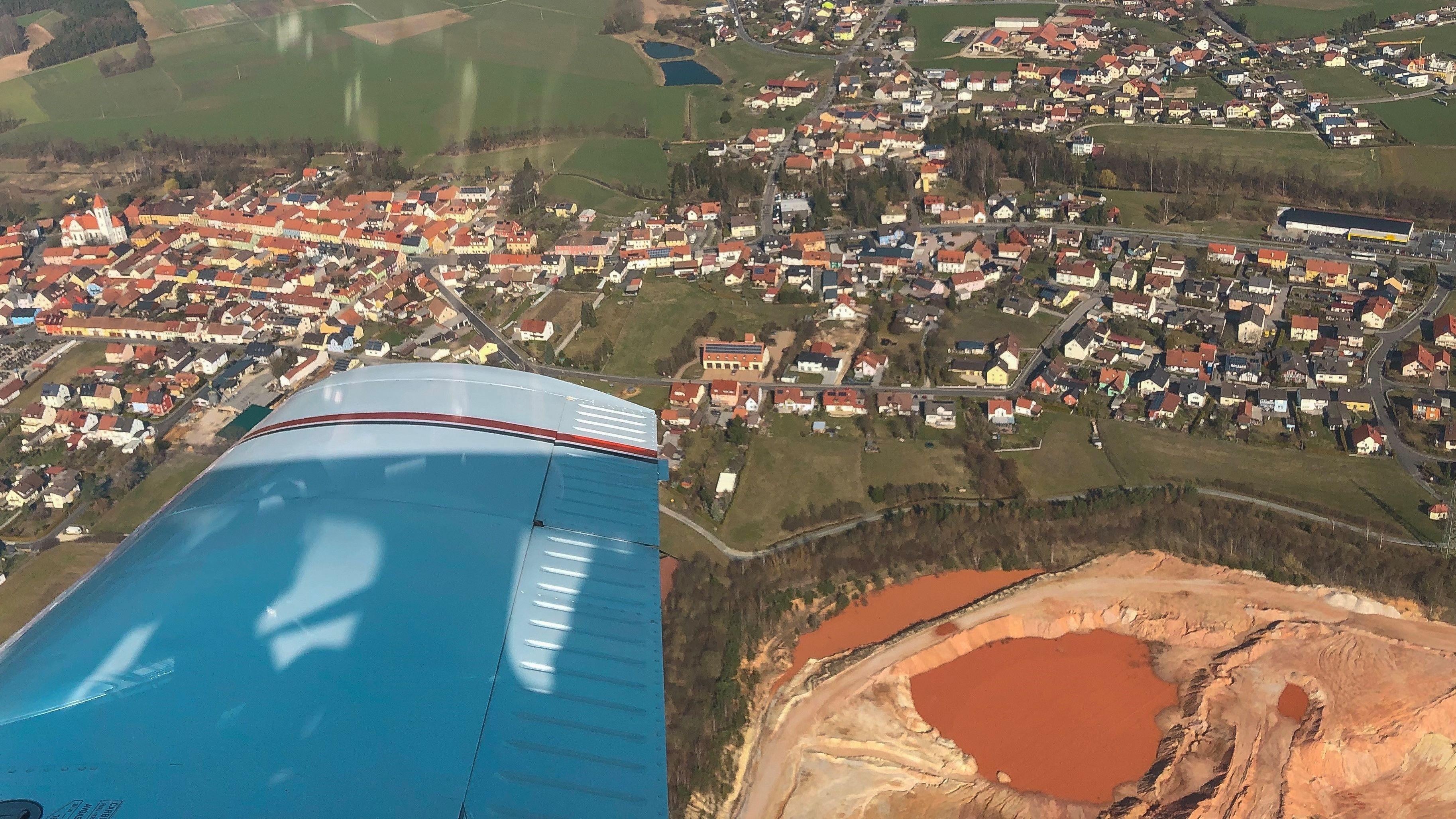 Blick aus einem Flugzeug bei der Luftbeobachtung