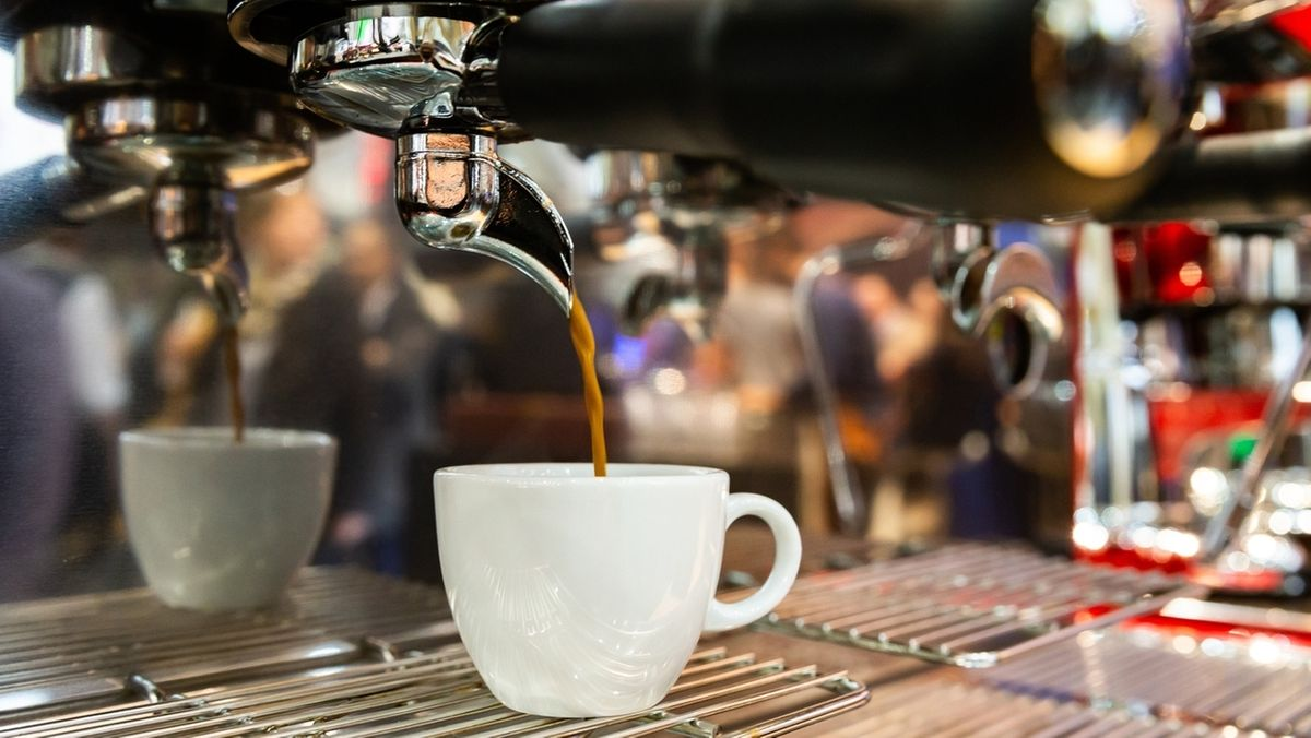 Ein Espresso läuft aus einer Espressomaschine in eine Tasse. Der schwarz-braune Espresso wird in Italien meisterlich zubereitet. Nun hat eine internationale Gruppe von Wissenschaftlern versucht, dem Geheimnis des Heißgetränks mit Mathematik und Experimenten auf die Spur zu kommen.