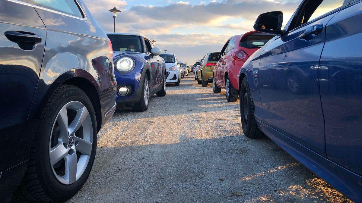 Autos stehen auf einem Parkplatz an.