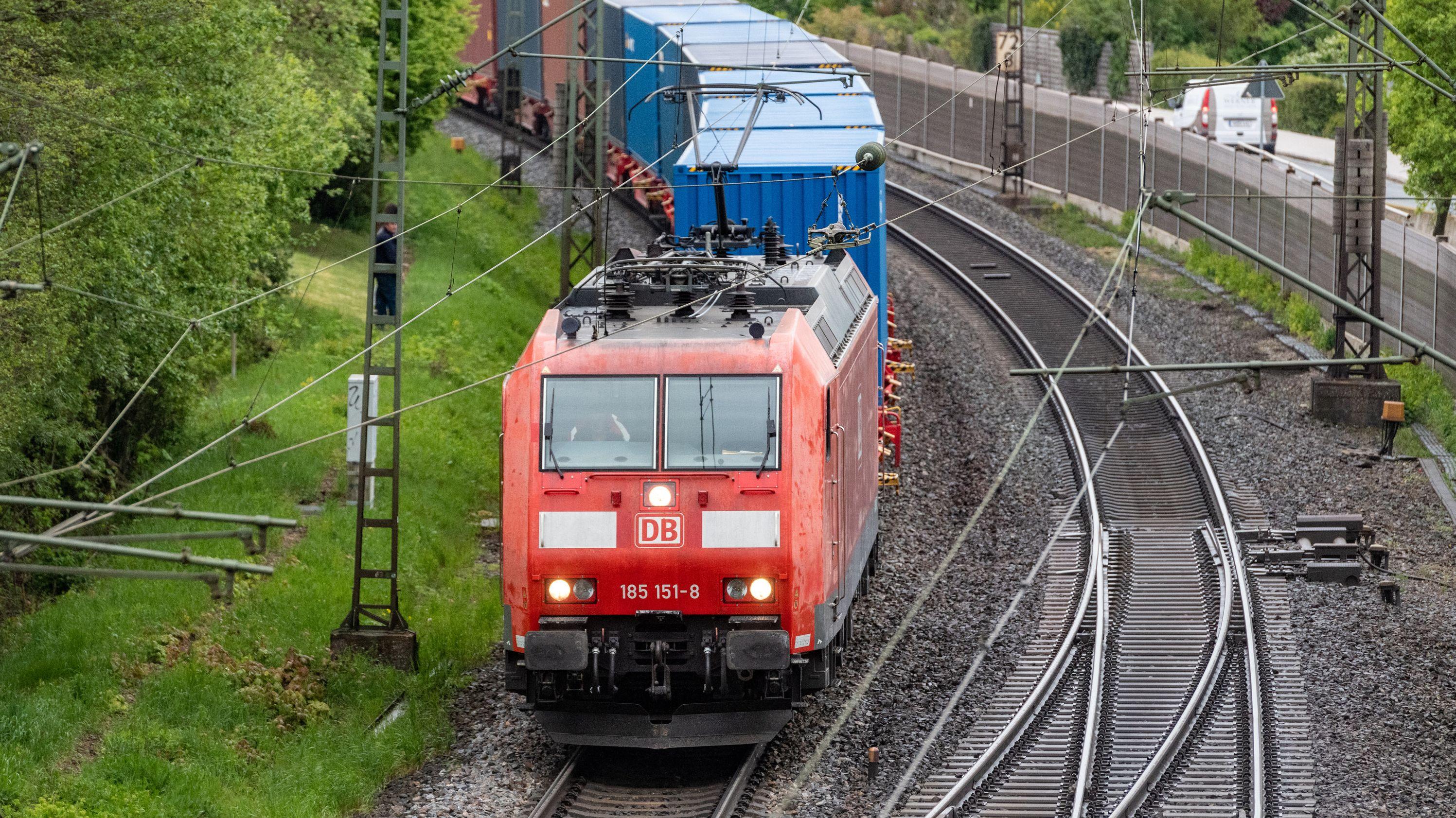 Ein Güterzug mit Containern fährt auf den Gleisen