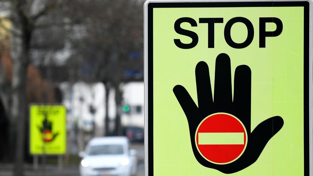 """Eine Tafel mit der Warnung """"Stop - Falsch"""""""