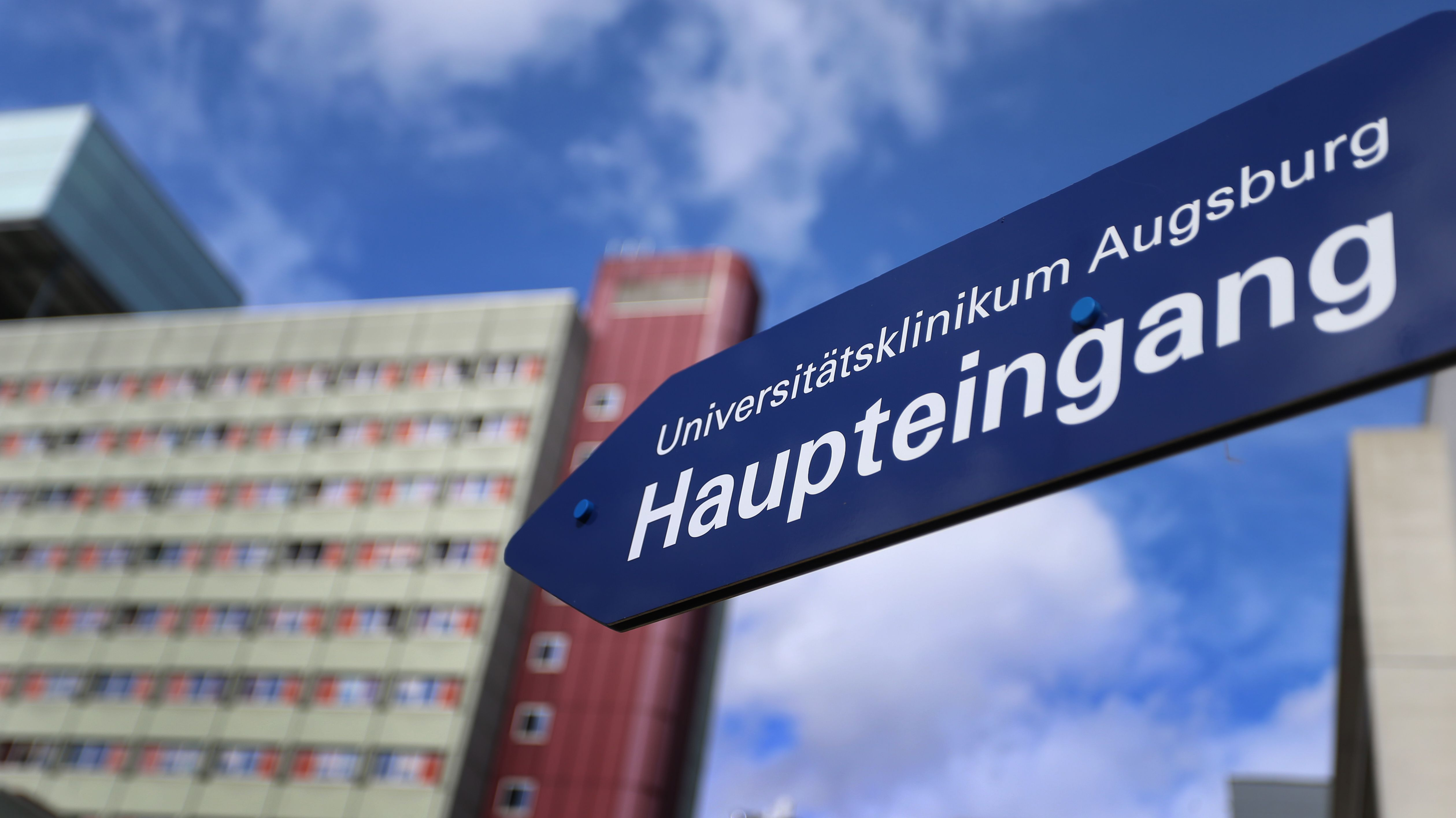 Ein Schild weist zum Haupteingang des neuen Universitätsklinikums Augsburg