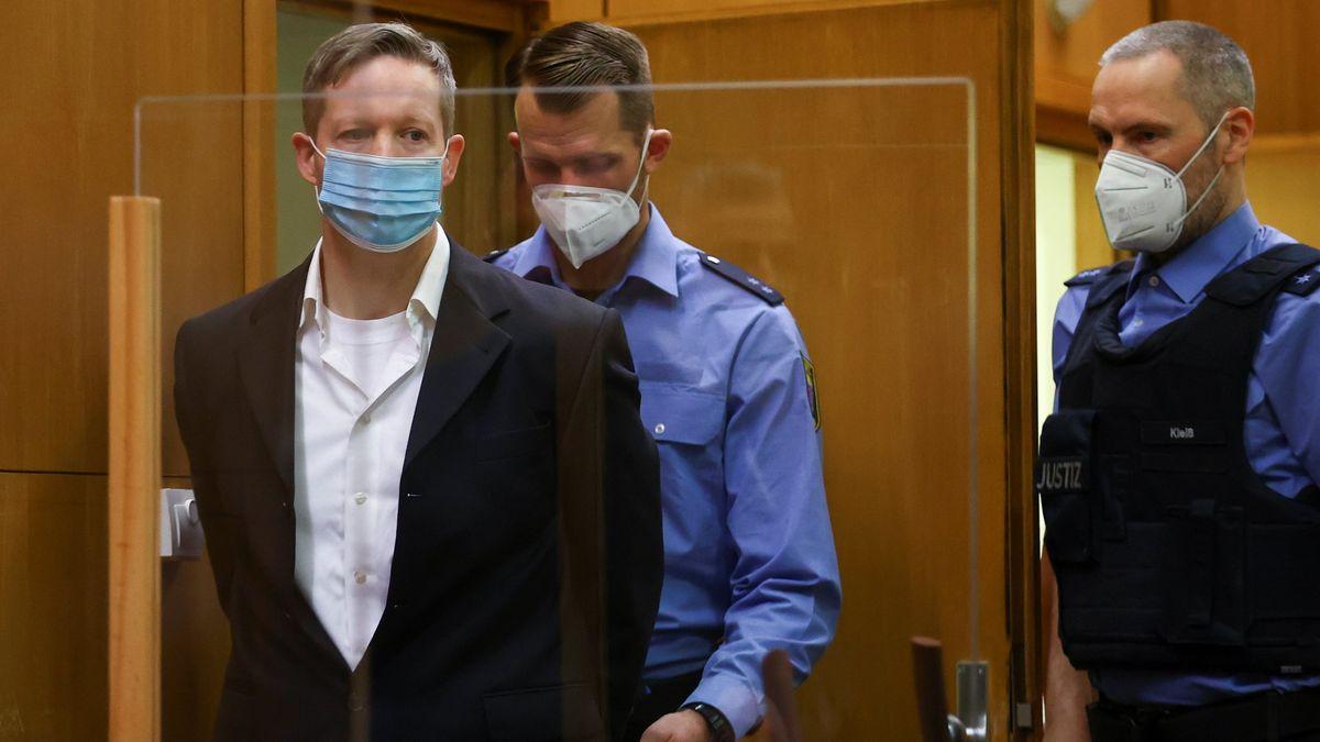 Der Hauptangeklagte im Prozess um den Mord am Kasseler Regierungspräsidenten Lübcke, Stephan Ernst (l)