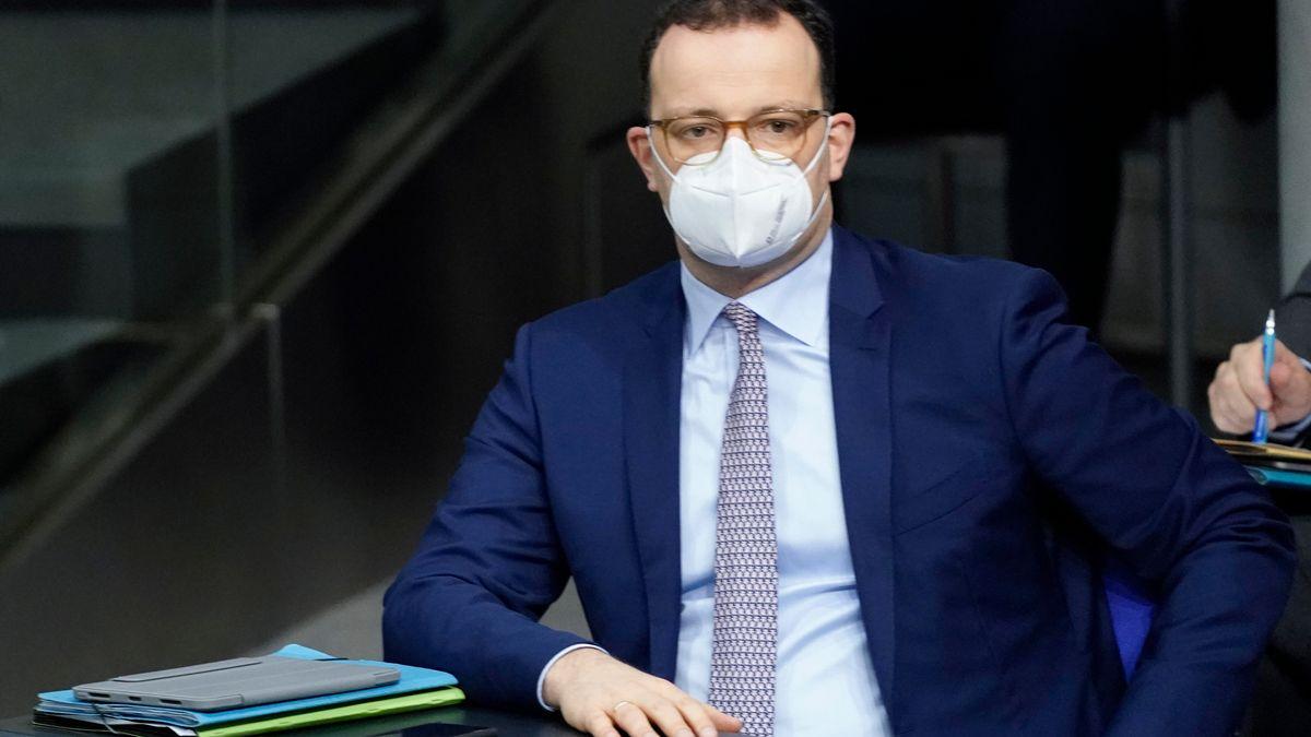 Bundesgesundheitsminister Jens Spahn mit FFP-2-Maske auf der Regierungsbank im Bundestag.