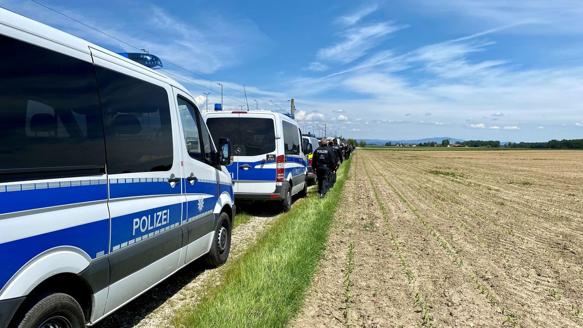 Die Polizei an dem Feld, auf dem die Leiche gefunden wurde
