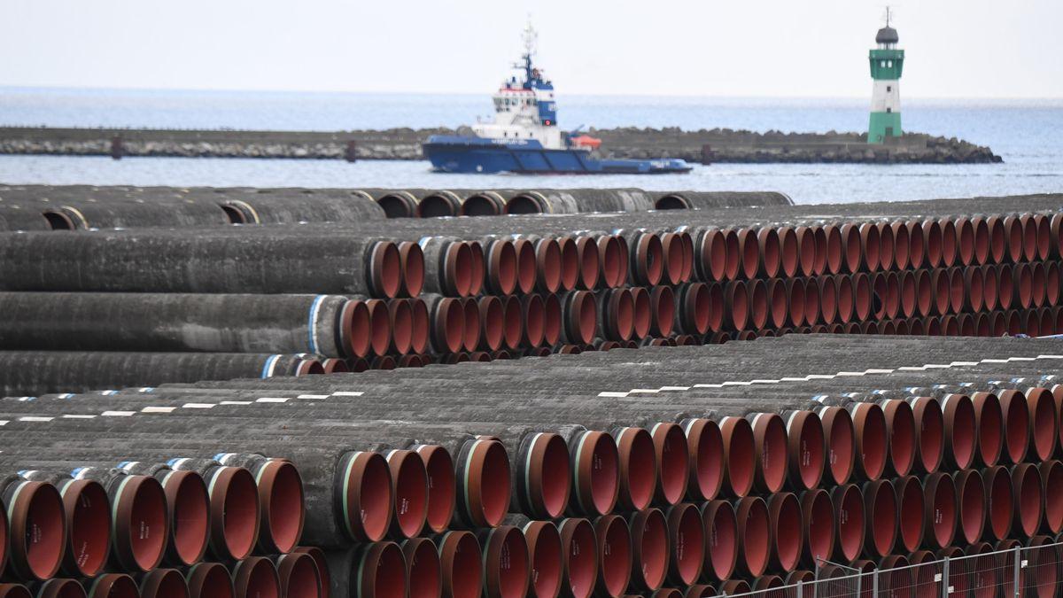Rohre für den Bau der Erdgaspipeline Nord Stream 2 von Russland nach Deutschland werden 2021 im Hafen Mukran auf der Insel Rügen gelagert.