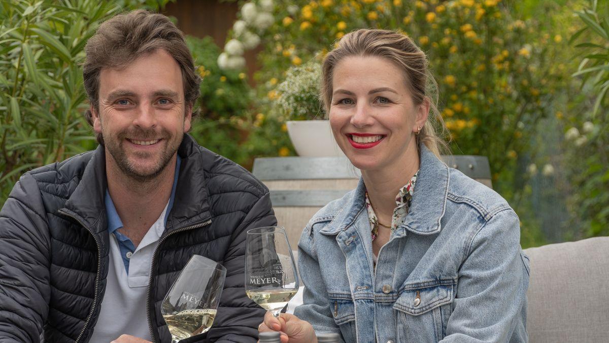 André Meyer (l.) und Silke Nägle (r.) trinken Wein. Sie bieten Stellplätze im Weinberg an.