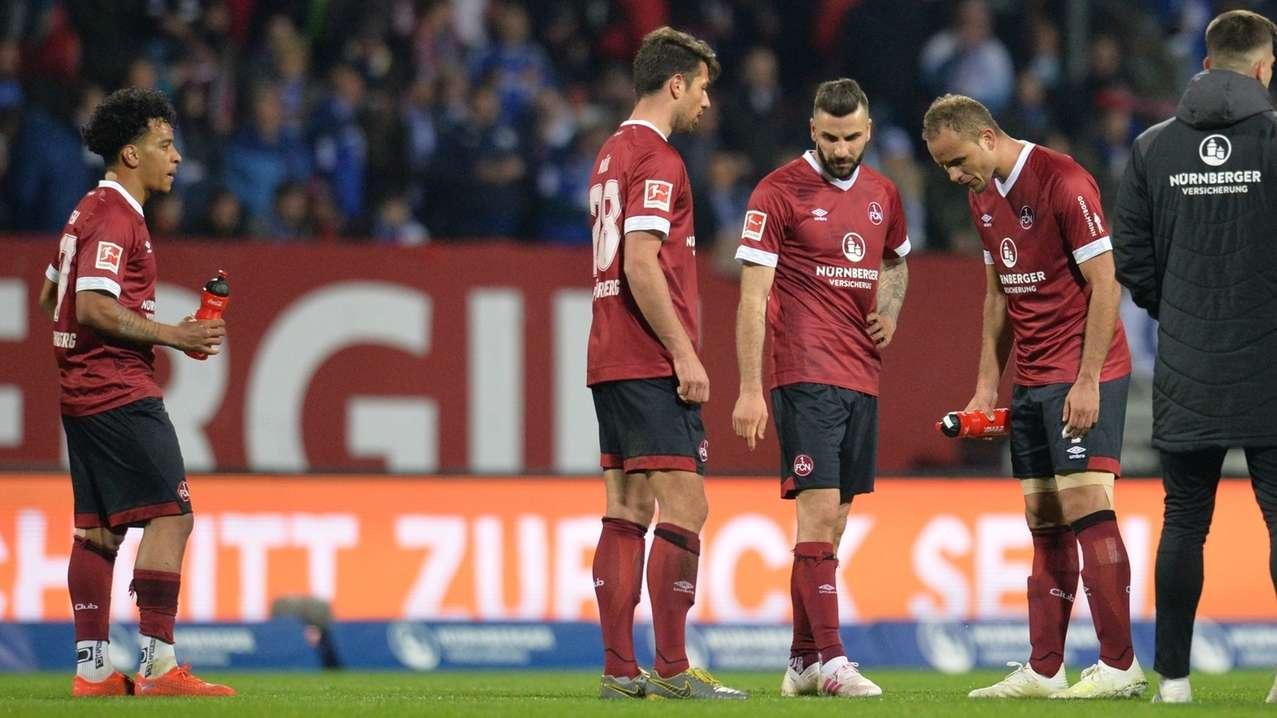 Die Nürnberger Spieler stehen nach dem Spiel frustriert auf dem Rasen.