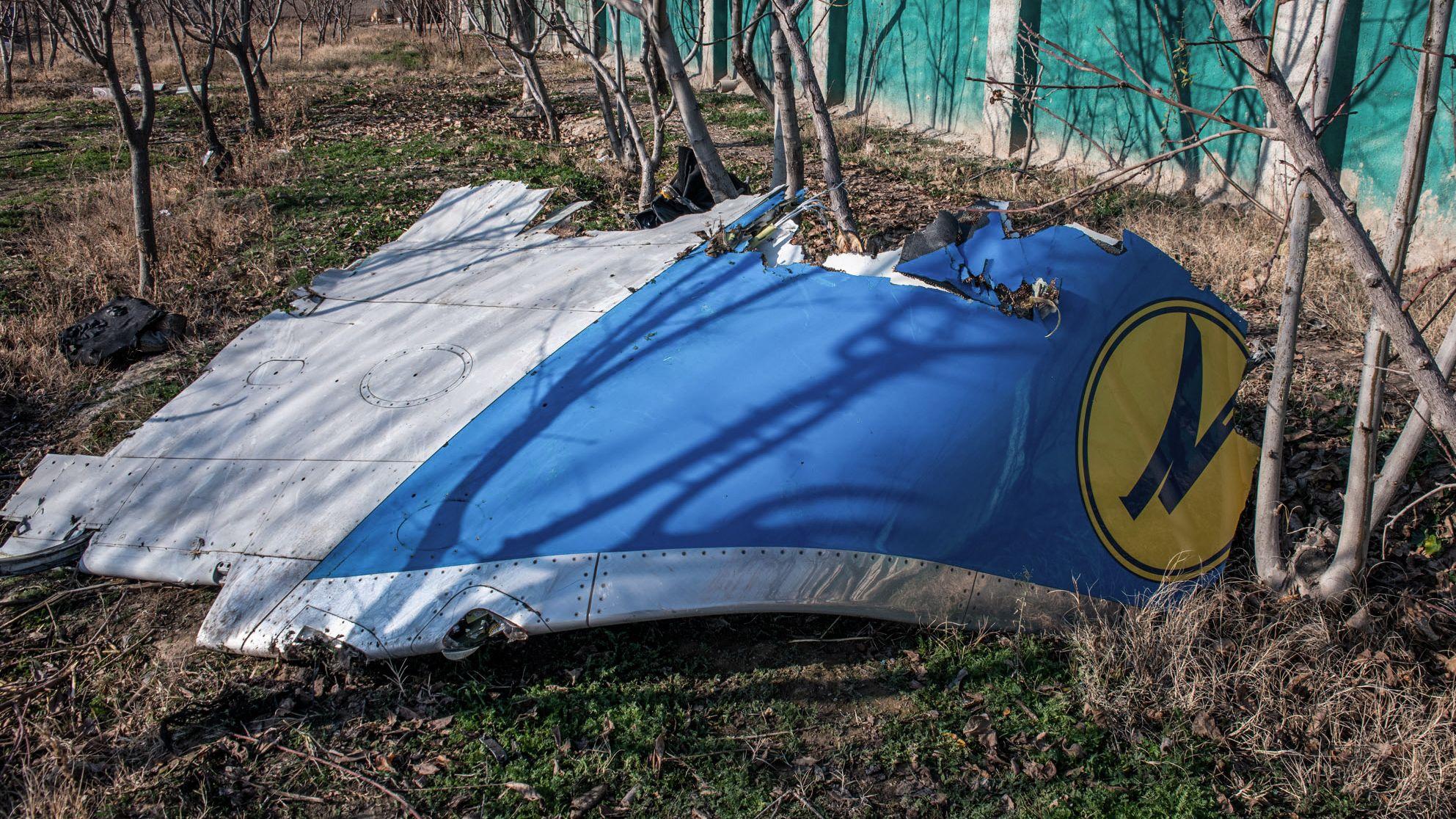 Ein Teil des Flugzeugrumpfs liegt an der Absturzstelle.
