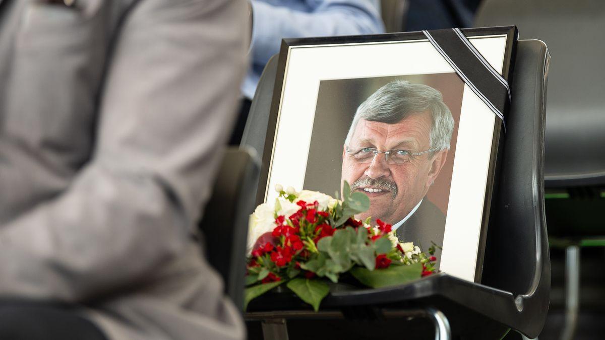 in gerahmtes Porträtfoto des erschossenen Kasseler Regierungspräsidenten Walter Lübcke (CDU) steht beim großen Festumzug auf dem 59. Hessentag auf einem Platz der Ehrentribüne (Archivfoto).