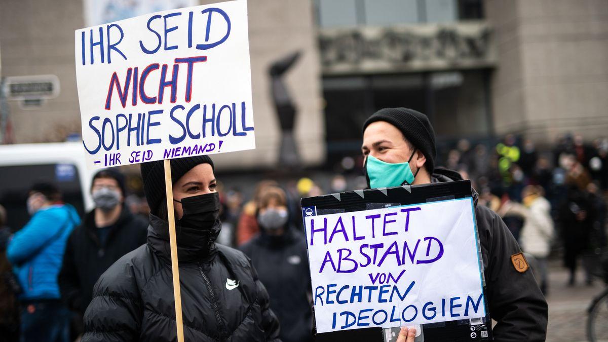 """""""Ihr seid nicht Sophie Scholl"""", seht auf dem Schild der Teilnehmerin einer Gegendemo in Düsseldorf."""