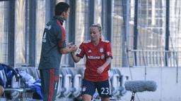 FCB-Trainer Thomas Wörle klatscht eine Spielerin ab. | Bild:imago/foto2press