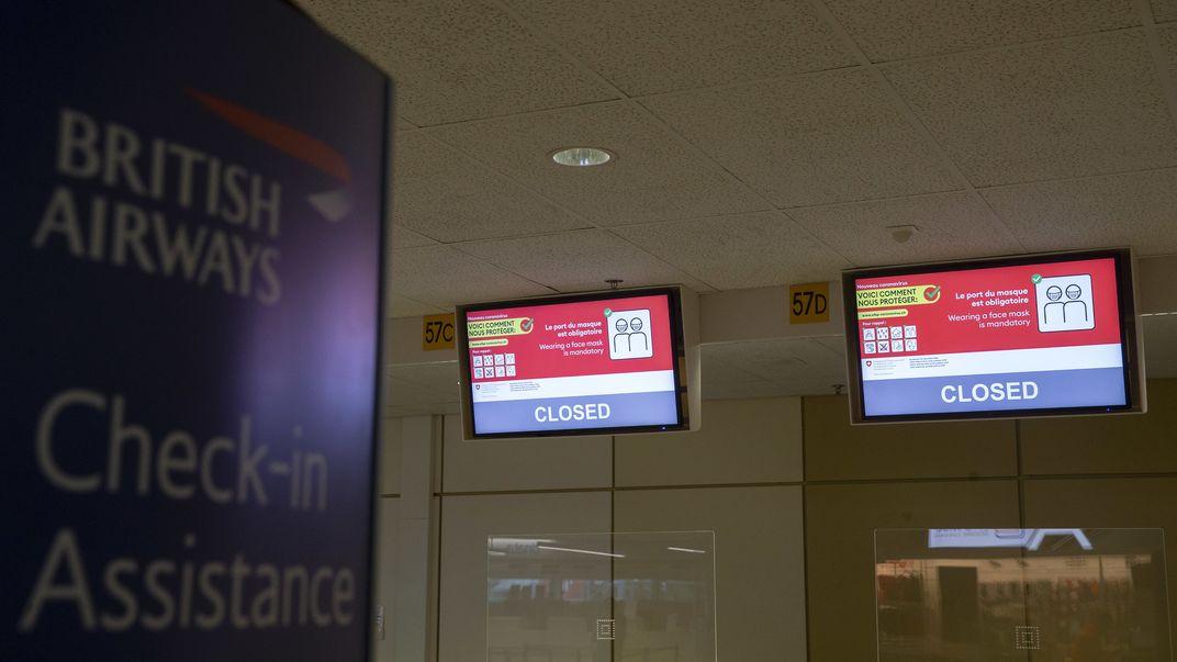 Auf der Anzeigetafel des Schalters von British Airway wird angezeigt, dass dieser geschlossen ist.