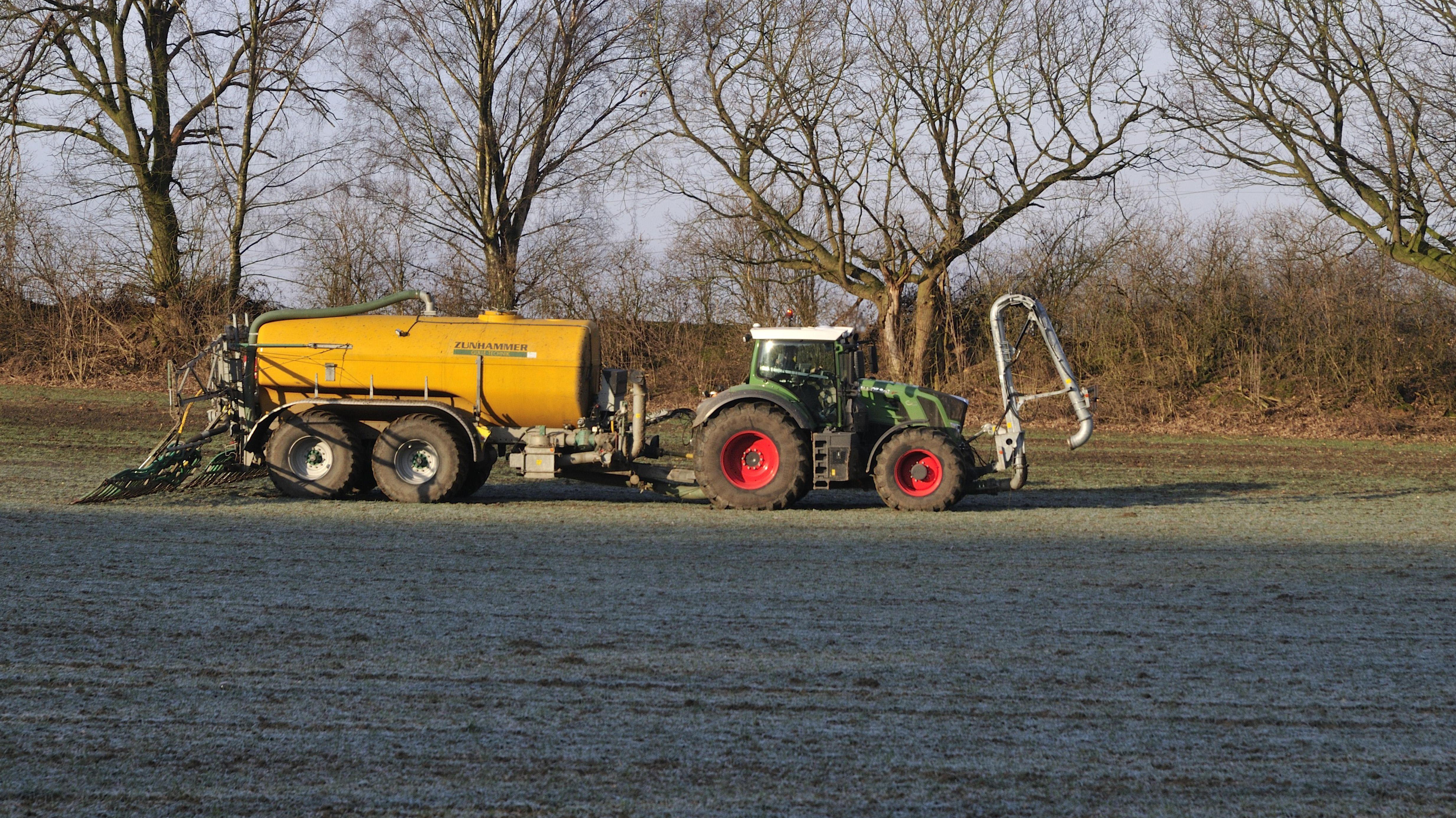 Bauer bringt im Fruehjahr Guelle aus