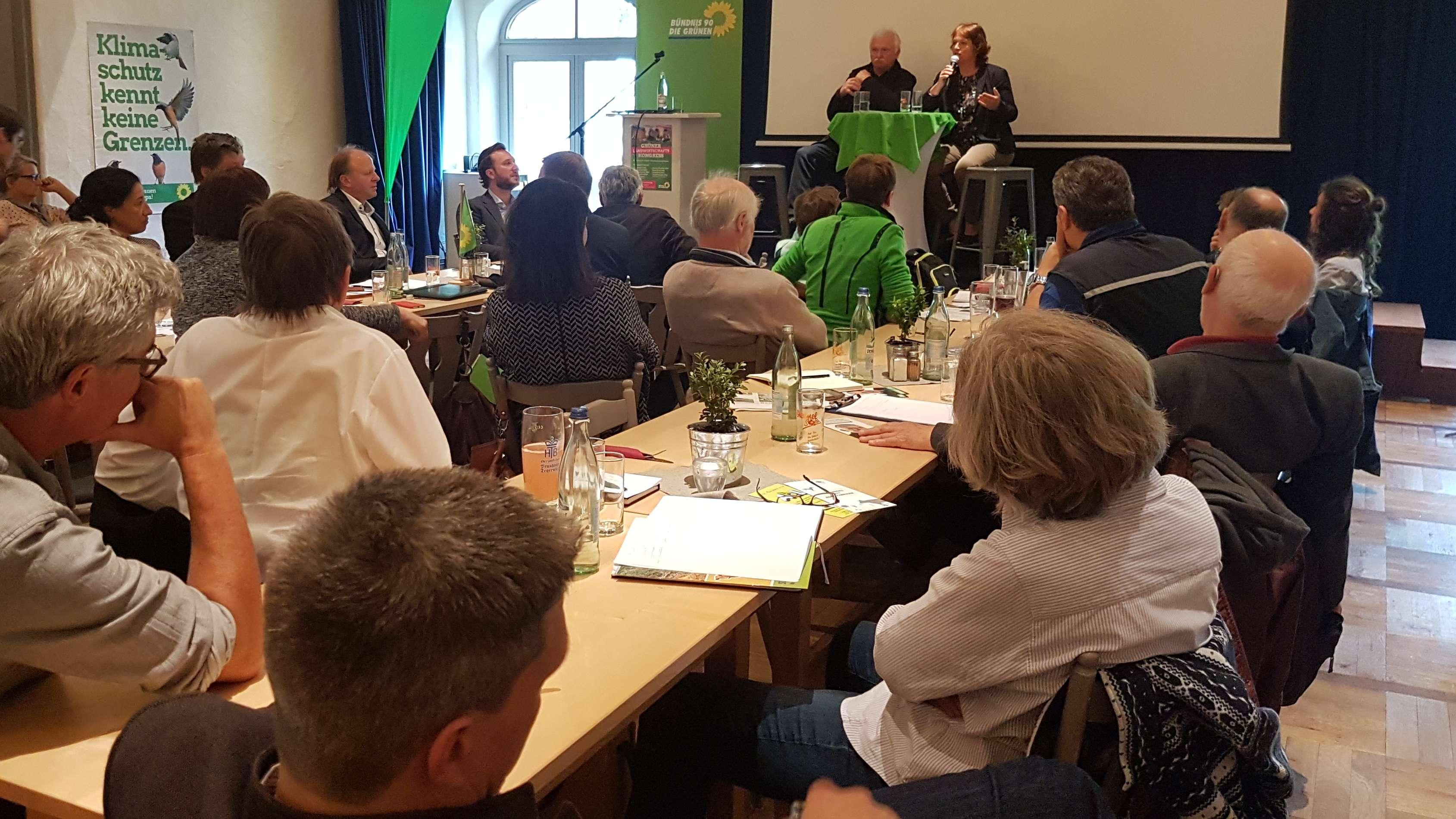 """Teilnehmer diskutieren beim """"GRÜNEN Landwirtschaftskongress"""" in einem Rosenheimer Gasthof."""