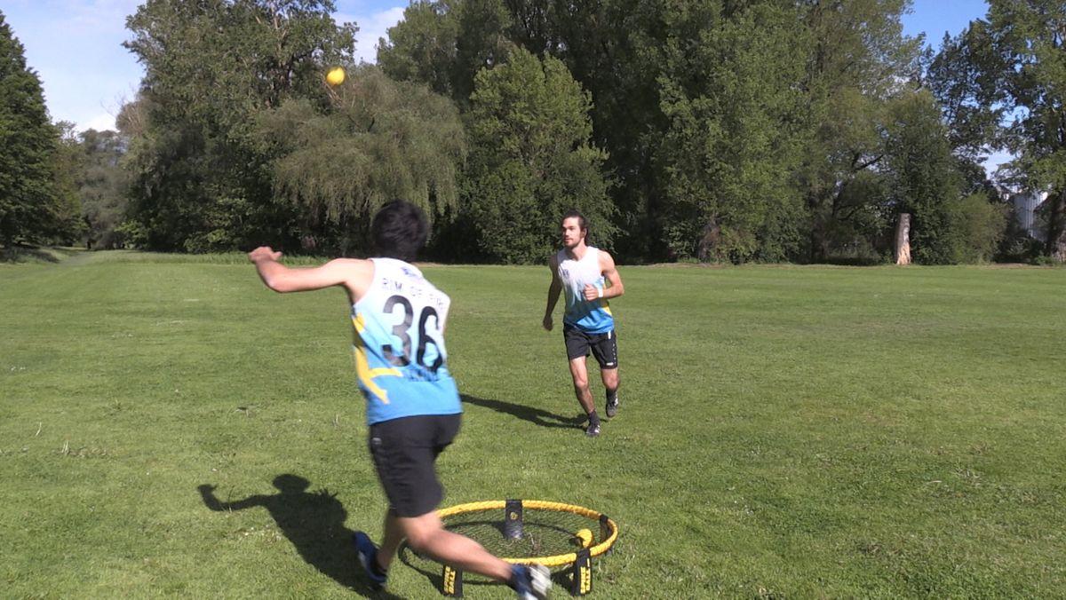 """Felix und Jakob nehmen regelmäßig an """"Roundnet""""-Tunieren teil. Auch wären sie in diesem Jahr zur """"Roundnet""""-WM gefahren."""
