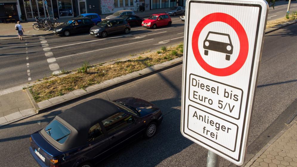 Ein Fahrverbotsschild für Fahrzeuge mit Diesel-Motor bis Euro 5  | Bild:pa / dpa / Daniel Bockwoldt