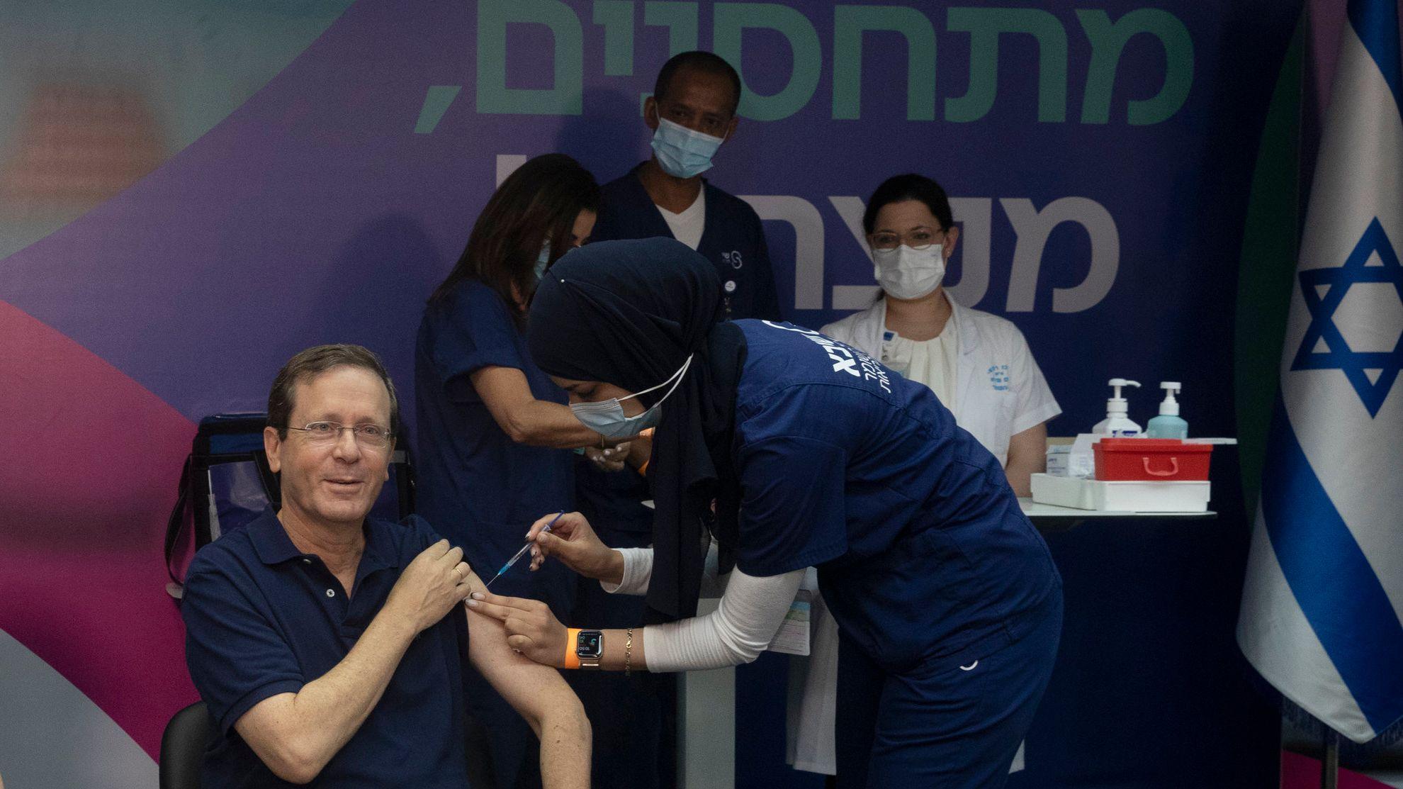 Israels Staatspräsident Izchak Herzog erhält seine dritte Corona-Impfung.