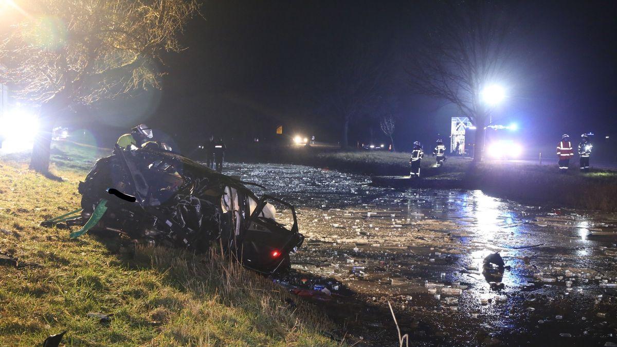 Der zertrümmerte Audi am Ufer des Ludwig-Donau-Main-Kanals