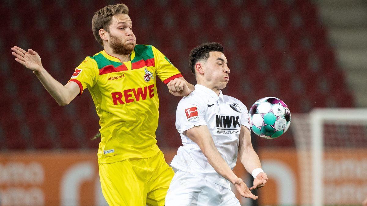 Zweikampf in der Partie zwischen Augsburg und Köln