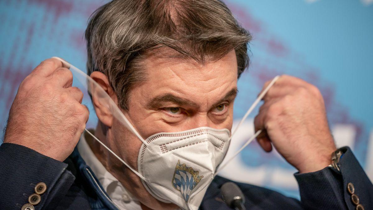 Ministerpräsident Markus Söder nimmt bei der Winterklausur der CSU-Landesgruppe im Deutschen Bundestag seine Maske ab