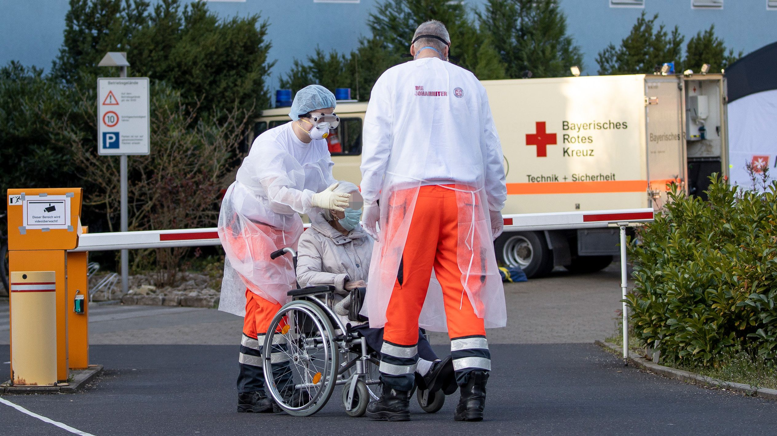 Symbolbild: Pflegekräfte der Johanniter im Einsatz vor einem Altenheim.