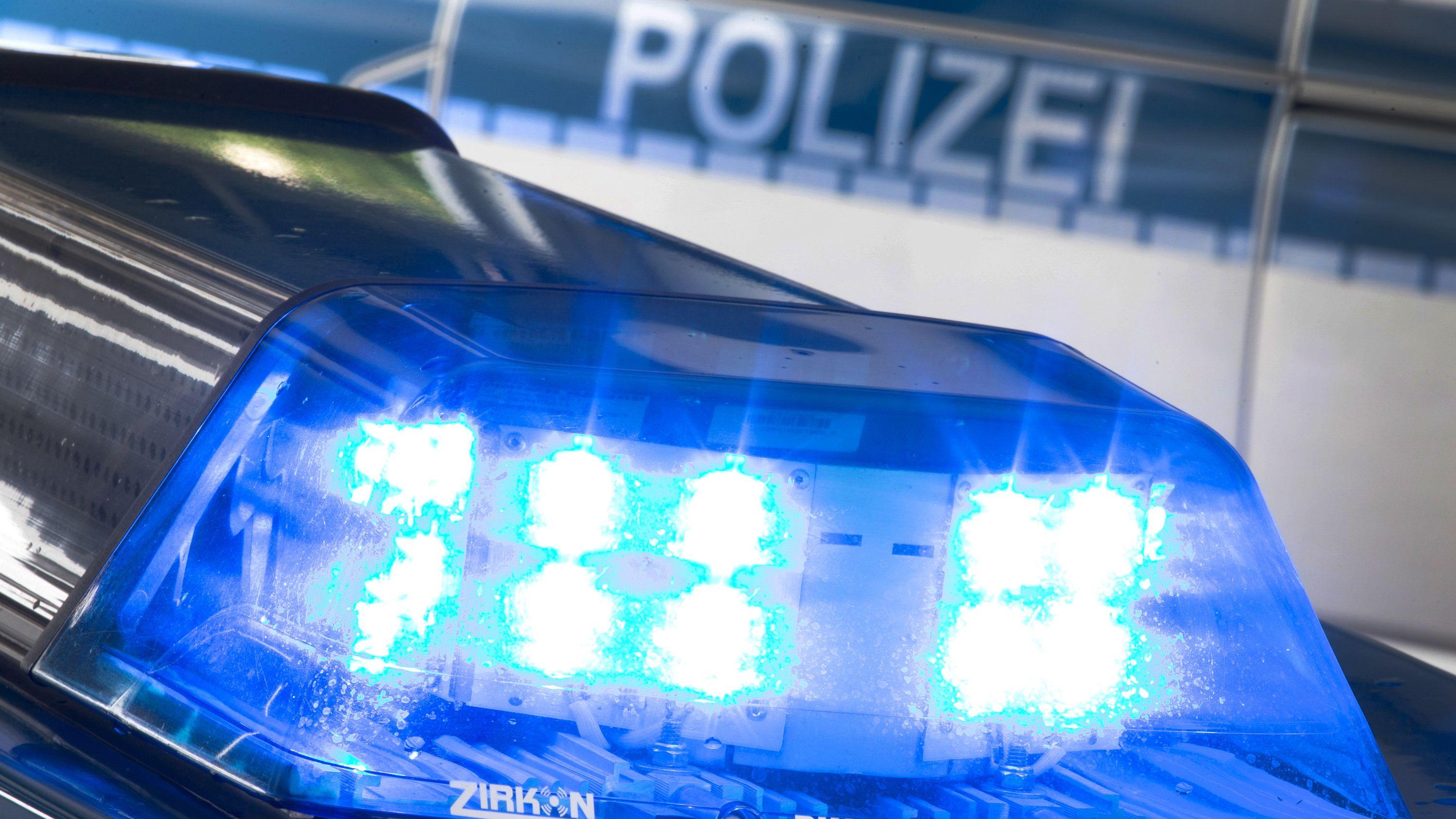 Ein Blaulicht auf dem Dach eines Polizeiwagens.