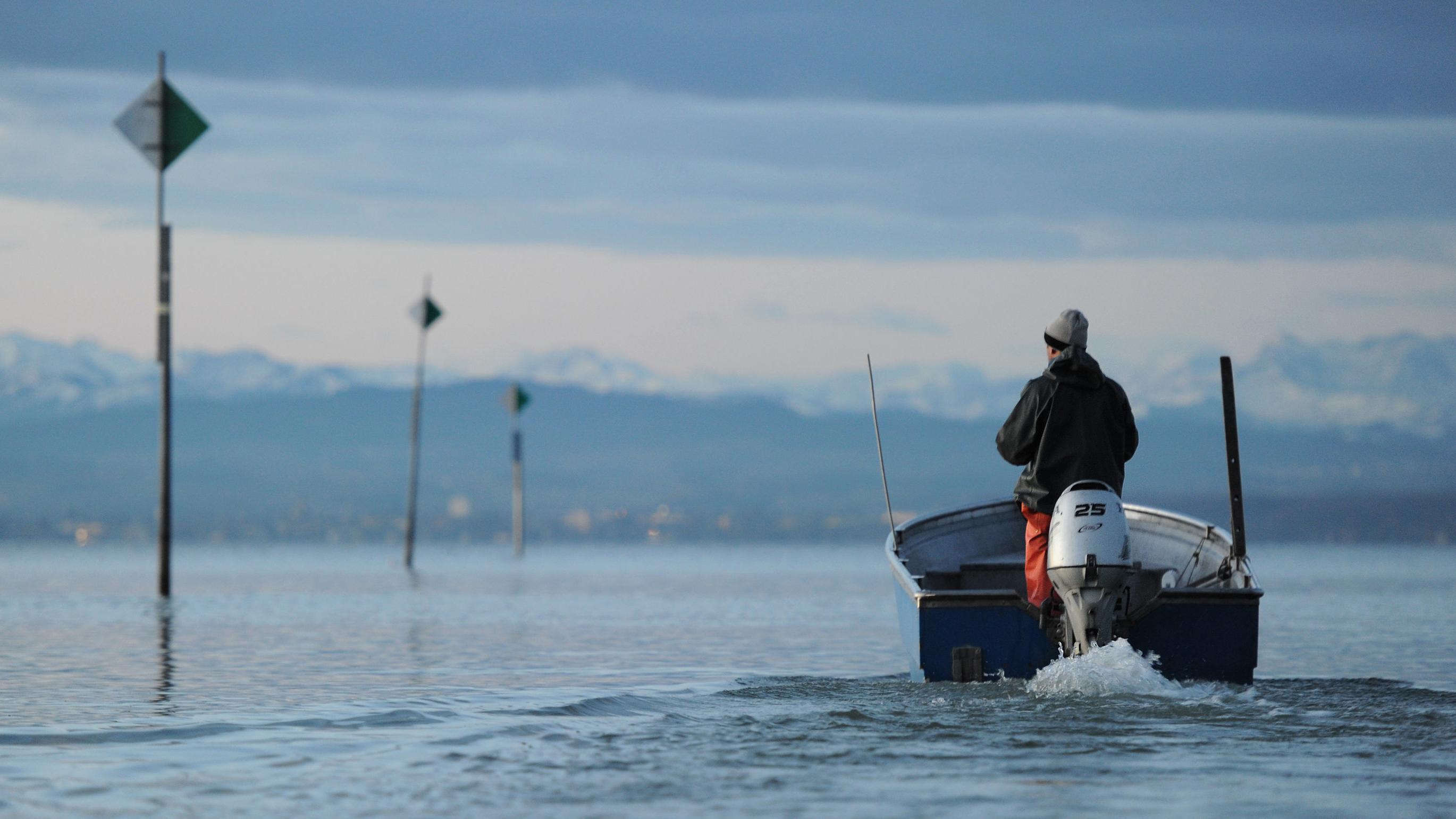 Fischer in seinem Boot auf dem Bodensee.
